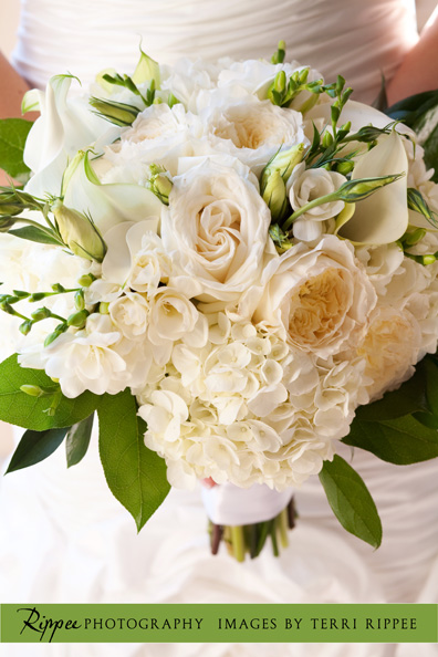 Wedding at the Prado: Bouguet with white roses